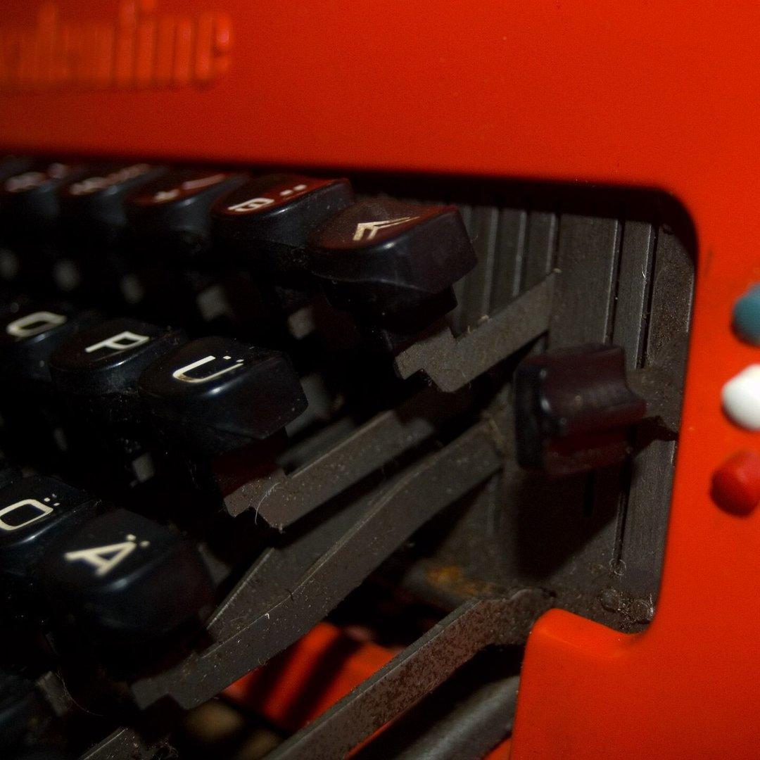 Großansicht auf eine rote Schreibmaschiene